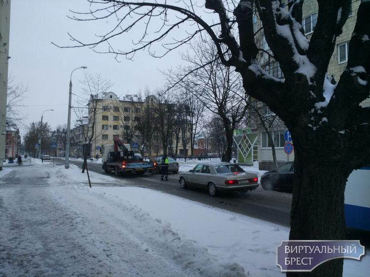 В Бресте работает эвакуатор... Убирают автомобили, неправильно припаркованные на улицах