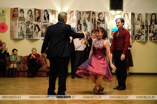Валерий Коваль дарит розу Татьяне Папазовой за лучшее исполнение танца.