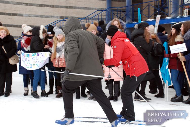 На «Брестской лыжне» участники падали, теряли и ломали лыжи, но упорно финишировали