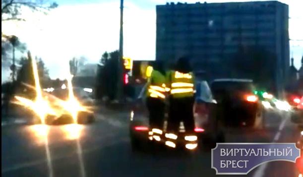 """Обучение вождению """"нетрезвым"""" отцом закончилось ДТП и задержанием на пр. Машерова"""