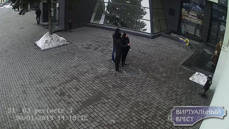 Криминальное трио: девушка с гипсом и два парня средь бела дня раздели манекены в ЦУМе