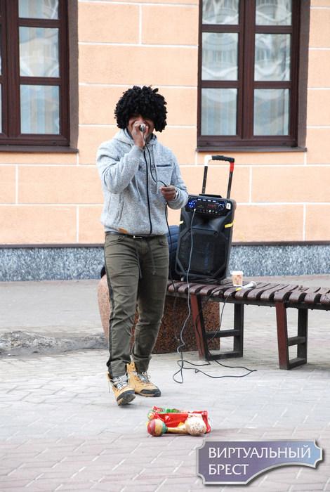 Первые в этом году экзотические уличные музыканты знакомятся с брестской публикой