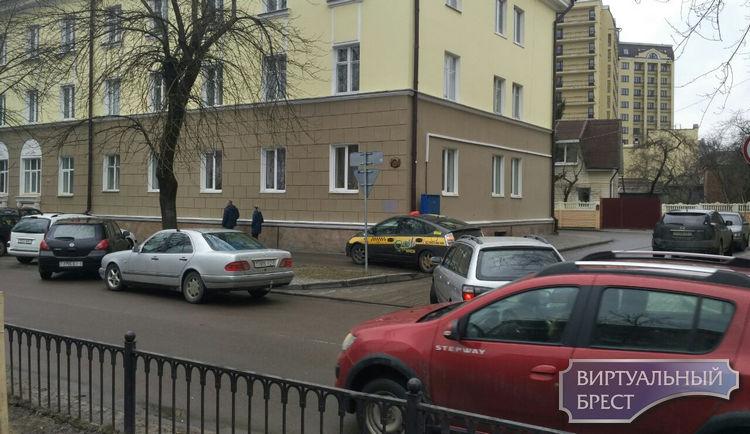 Небольшая авария на ул. Гоголя блокировала проезд. Но ничего, водители объехали по тротуару