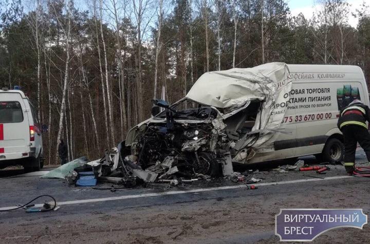 Микроавтобус и фура лоб в лоб столкнулись в Ивановском районе