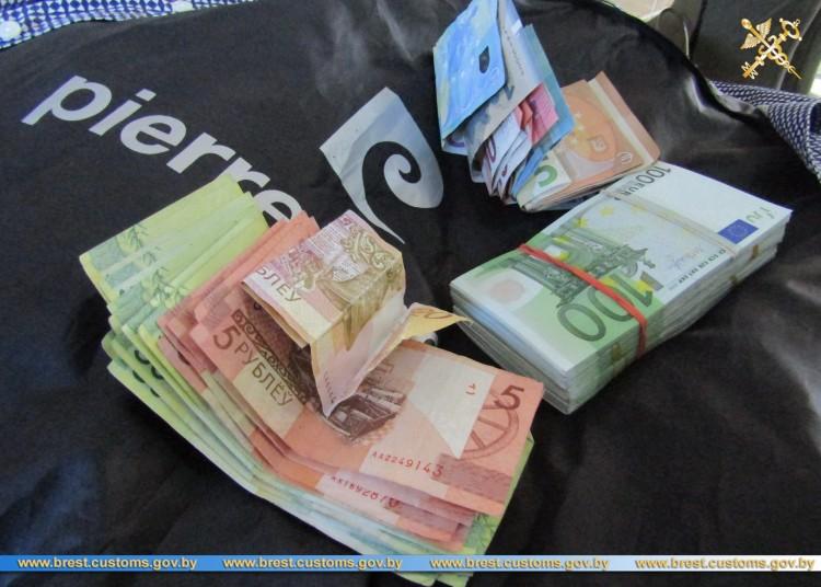 Гражданин Польши намеревался вывезти с территории ЕАЭС 17 тысяч евро без декларирования