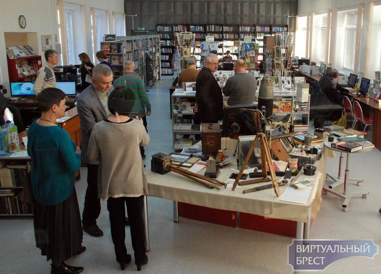 В Брестской научно-технической библиотеке открылась выставка «Фототехника – ХХ век»