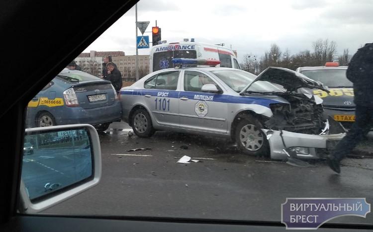 Жёсткое ДТП с участием автомобиля ГАИ и автомобиль такси в Бресте на пр. Республики