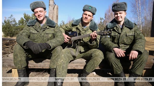 (слева направо) гвардии младший сержант Иван Князев, сержант Владислав Левицкий и рядовой Роман Дергачев