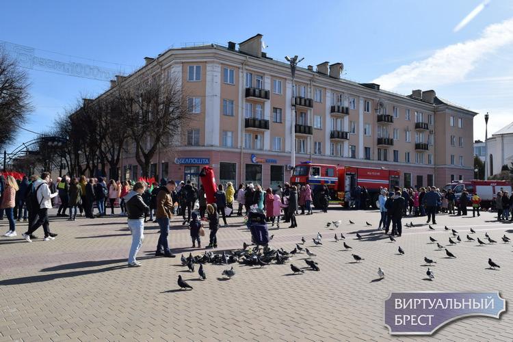 Как на площади Ленина играли, развлекались и учили правила пожарной безопасности