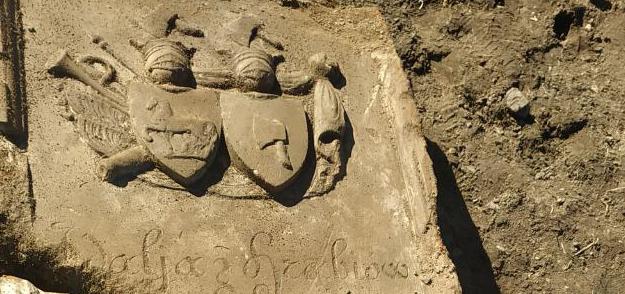 В агрогородке Рясна были обнаружены останки человека и надгробная плита 1846 г.