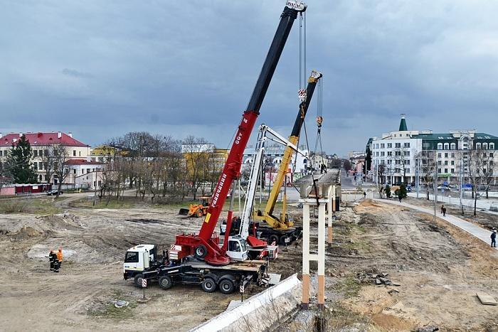 Идет разборка части пешеходного моста станции Брест-Центральный