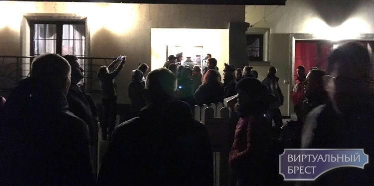 Милиция пыталась задержать противницу аккумуляторного завода в Бресте — ее забрала скорая