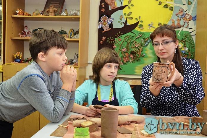 Как в ЦМТ делают керамические сувениры к 1000-летию Бреста