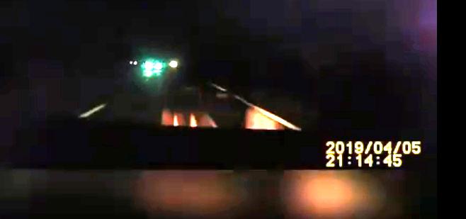 Опубликовано видео ДТП, в котором автомобиль (это такси) столкнулся с письменным столом
