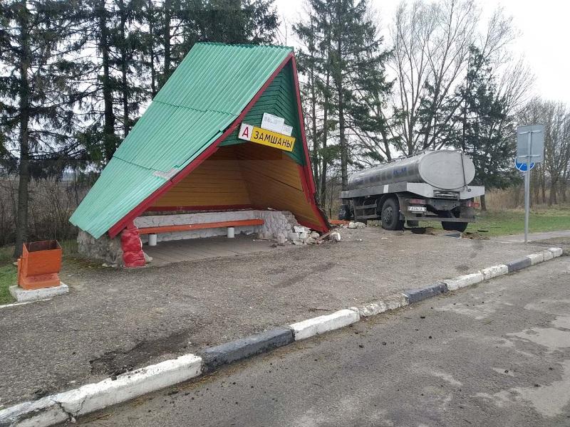 В Малоритском районе автоцистерна врезалась в автобусную остановку