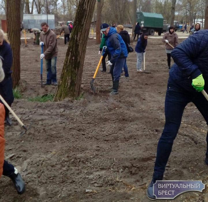 Городской сад Бреста благоустраивают силами ЖКХ города