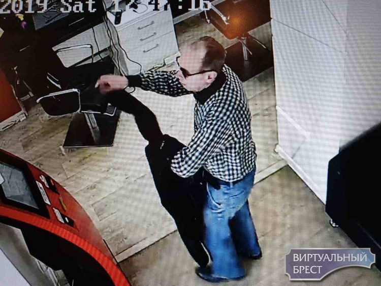 Милиция ищет мужчину, который из парикмахерской забрал чужой портфель