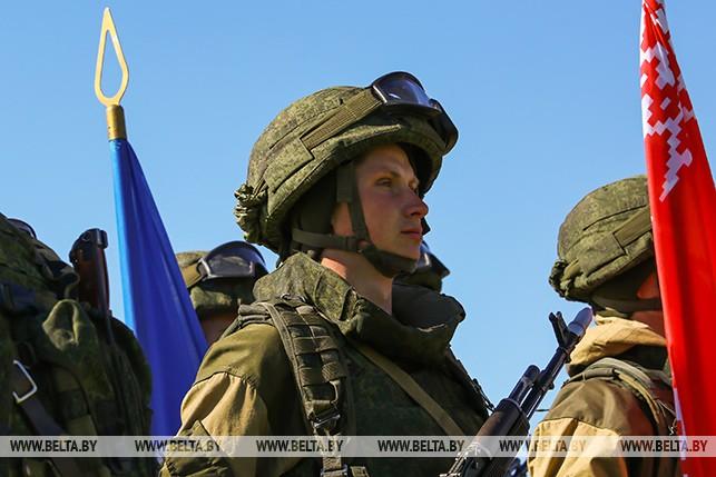 Около 1 тыс. белорусских и российских десантников участвуют в совместном учении под Брестом