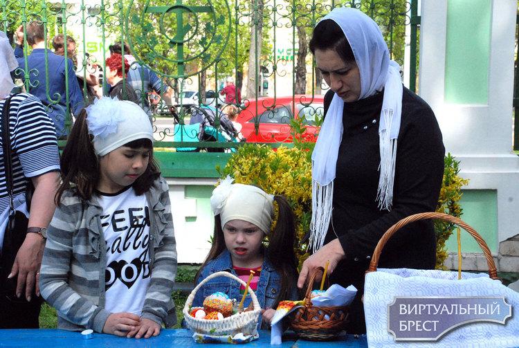 Православные верующие в Бресте освящают пасхальную пищу и готовятся к Христову Воскресению