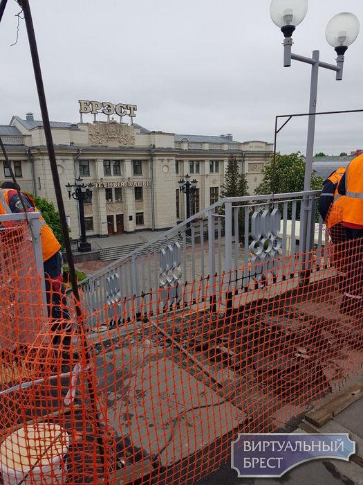 Закрыли один из спусков с пешеходного моста к зданию ЖД вокзала в Бресте
