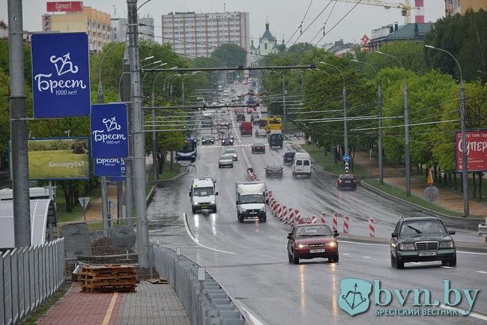 Первым по новому Кобринскому мосту проехал троллейбус, а испытывали его 33-тонником