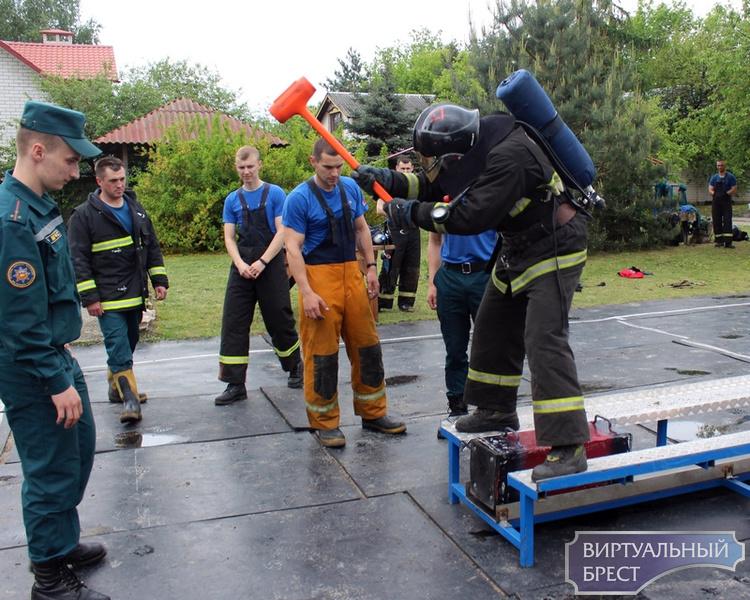 В Брестском городском отделе по ЧС определяли сильнейшего спасателя-пожарного