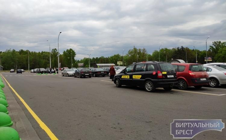 Большие магазины начали борьбу с безобразием на парковках. Не все водители согласны с этим
