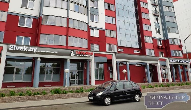 Город готовится к 1000-летию: на Московской убирают яркие вывески над магазинами
