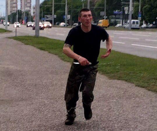 Мужчина с предметом, похожим на нож, преследовал подростков