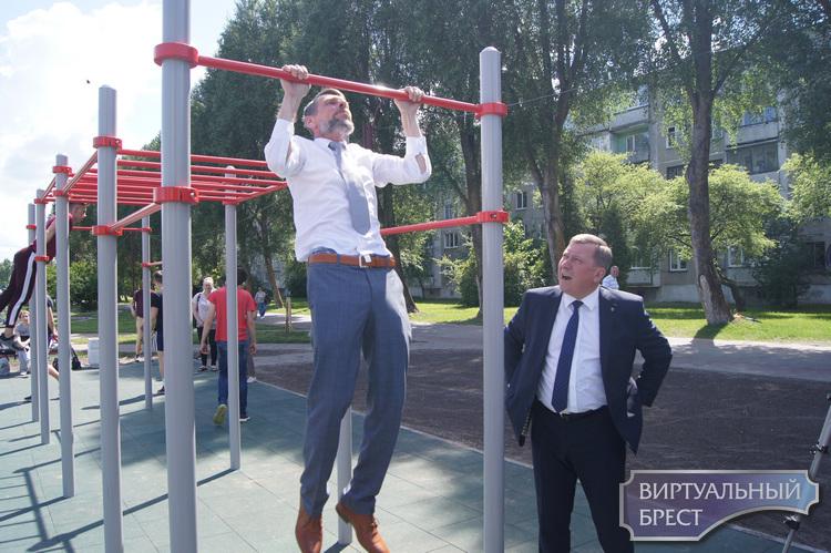 Открыли детскую площадку на ул. Гаврилова. Чего-то не хватает... Может, самолёта?