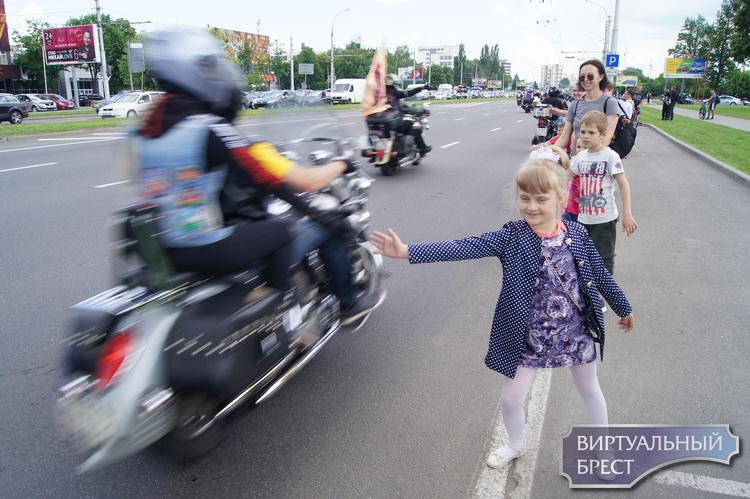 В Бресте проходит байк-фестиваль, смотрите первые кадры с мероприятия