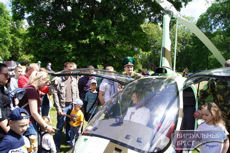 Пограничники устроили праздник для жителей города в Брестской крепости