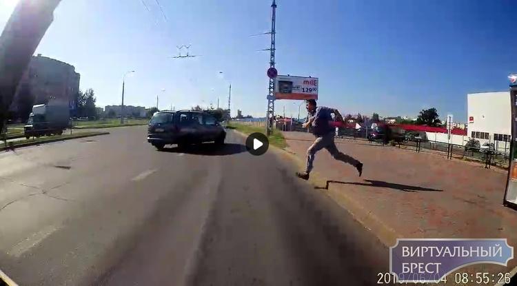 Мгновенная карма: мужчина припарковался на остановке, а его автомобиль взял, и укатился