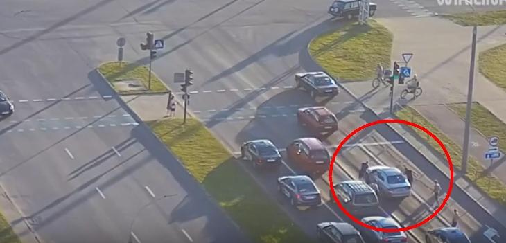 Пятеро пассажиров такси на светофоре напали на соседнее авто