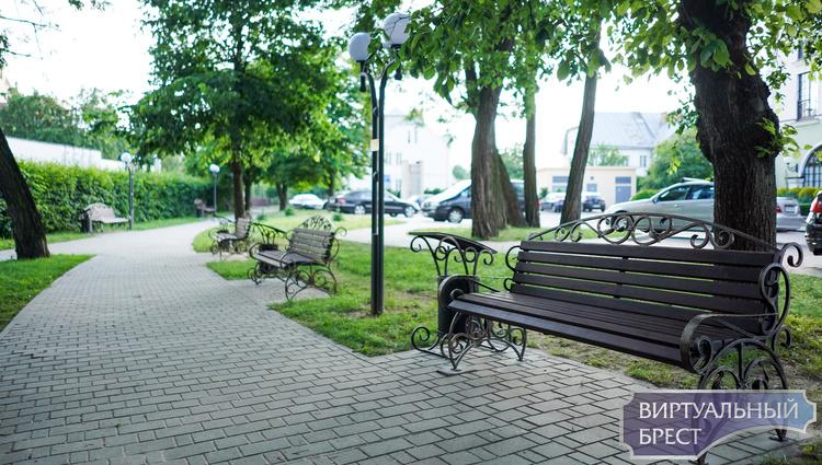 Кованые скамейки у отеля Hermitage - подарок Владимира Микулика родному городу