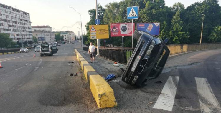 В ГАИ рассказали об обстоятельствах аварии с участием такси и БМВ на путепроводе