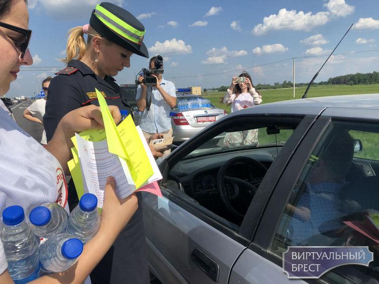 ГАИ и волонтеры в жару раздают на трассе М1 питьевую воду