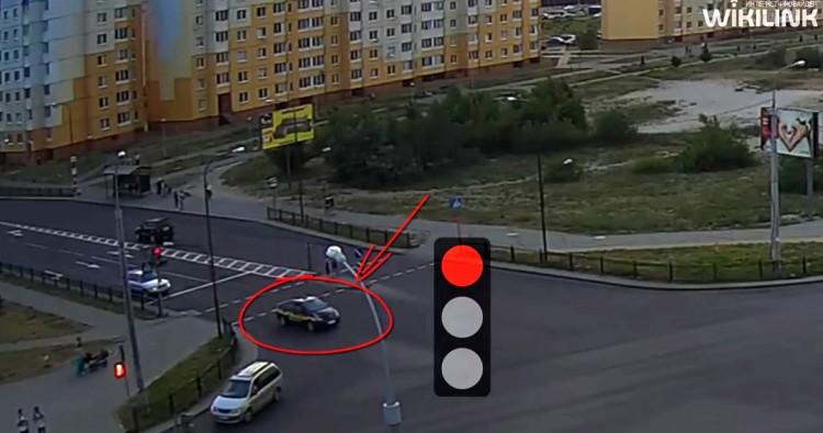 """Таксист из правой полосы """"пошёл"""" прямо и едва не попал в ДТП"""