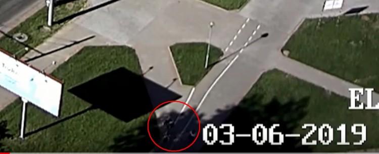 Велосипедист сбил женщину на пешеходной дорожке, теперь его ищет милиция