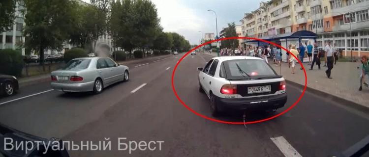 """Легковушка """"учила"""" автобус прямо перед остановкой общественного транспорта"""