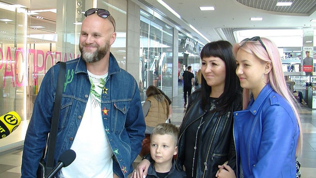 Андрей и Оксана Царевы с дочкой и сыном
