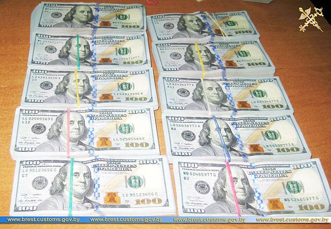 Украинец пытался без декларации вывезти из Беларуси более $100 тыс.