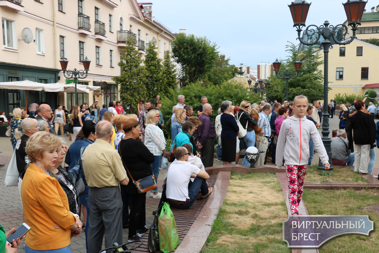 В Бресте более 200 человек пришли на концерт «Под небом Парижа»