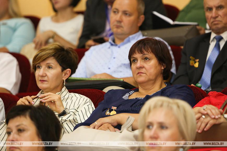 Анатолий Лис поручил местным органам власти искать резервы для повышения зарплаты учителям
