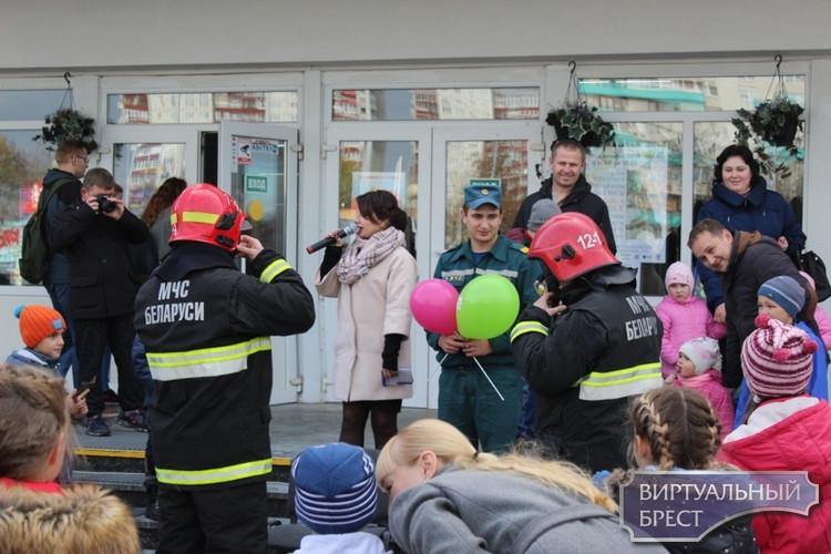 Спасатели Бреста провели праздник безопасности для брестчан и гостей города возле Дворца культуры профсоюзов