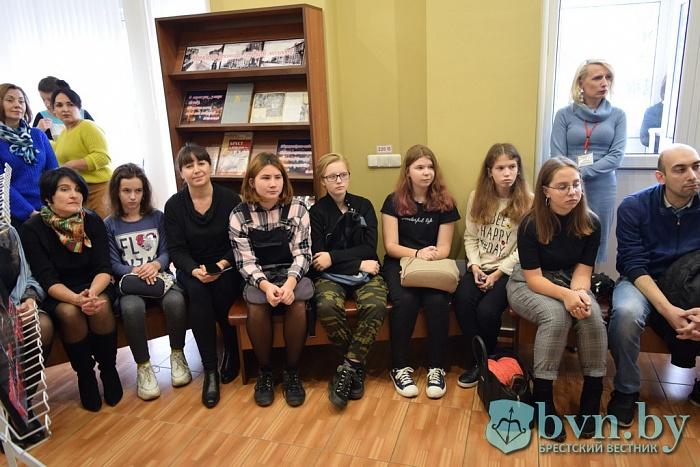 В Бресте открыли выставку картин парикмахера-художника Максима Бурковского