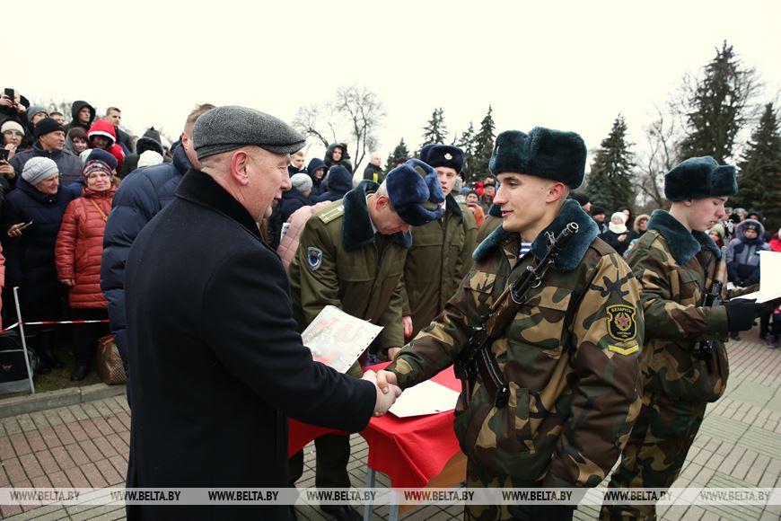 Депутат Палаты представителей Национального собрания Беларуси Евгений Зайцев поздравляет военнослужащего, принявшего военную присягу
