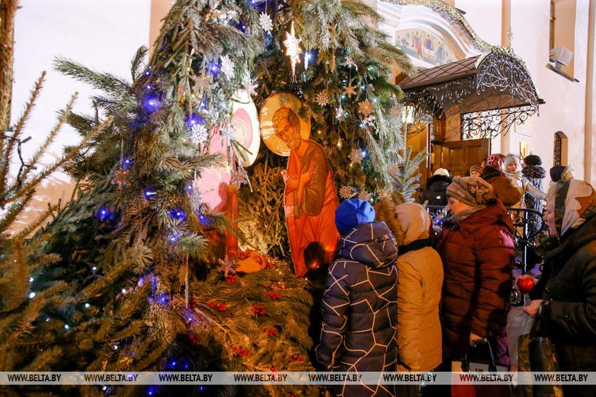 Православные верующие празднуют Рождество Христово