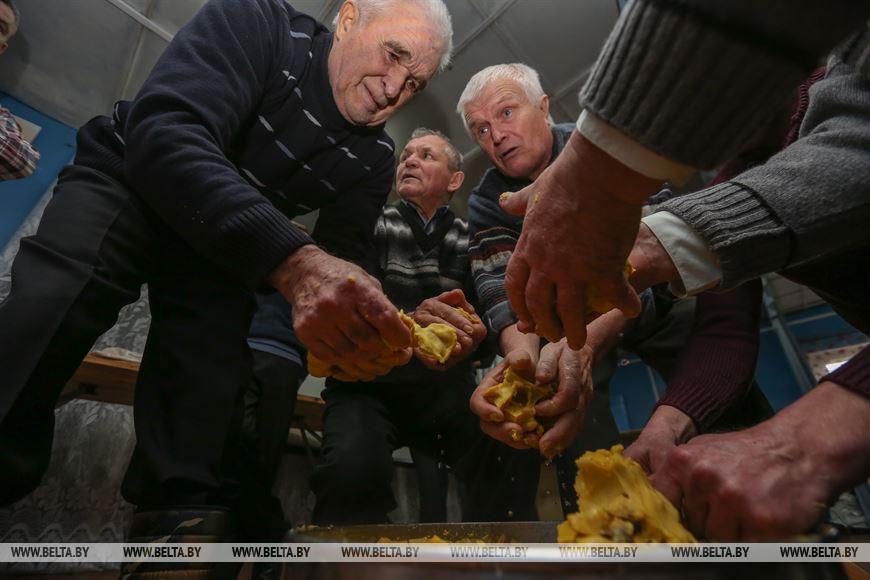 Свет негасимый братской свечи - старинный обряд провели в Столинском районе