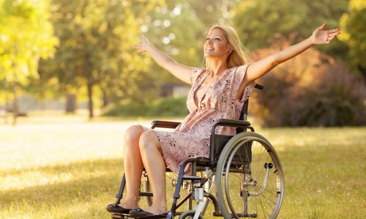 В Пинске тестируют гусеничные подъемники для инвалидов